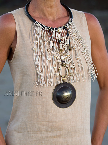 Chic tribal naturel : spectaculaire plastron  d'inspiration ethnique, un bijou d'exception
